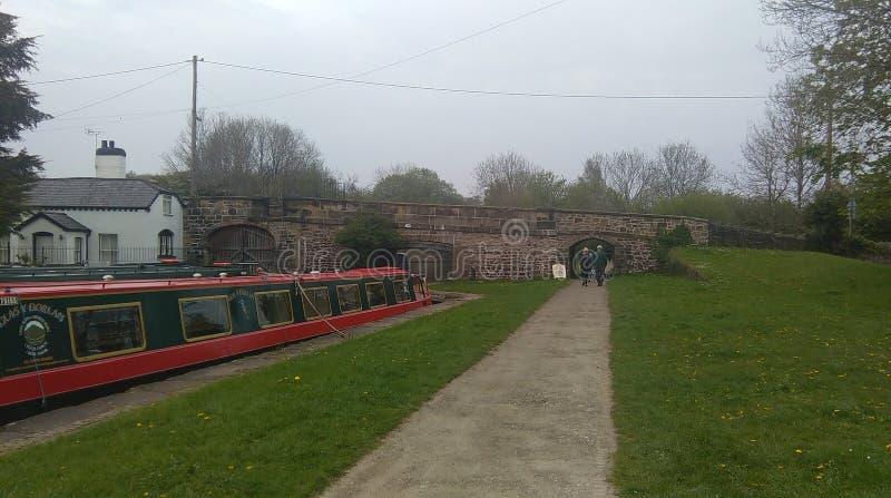 Barco de canal cerca del acueducto del pontcysyllte foto de archivo
