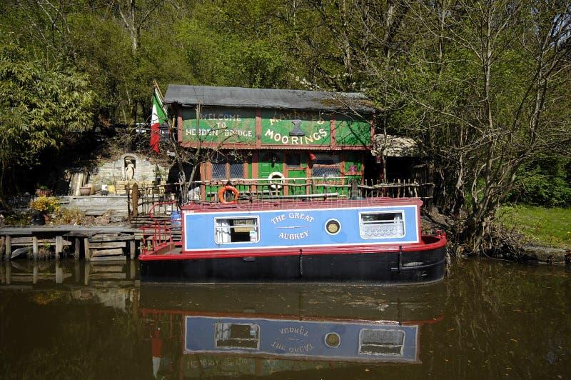 Barco de canal na amarração privada fotografia de stock royalty free