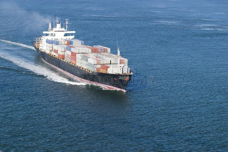 Barco de carga com quarto na parte dianteira imagem de stock