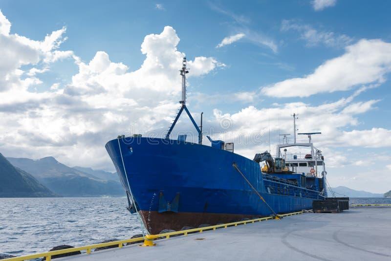 Barco de carga en el muelle, Noruega fotografía de archivo