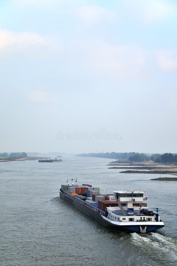 Barco de carga en el río fotografía de archivo libre de regalías