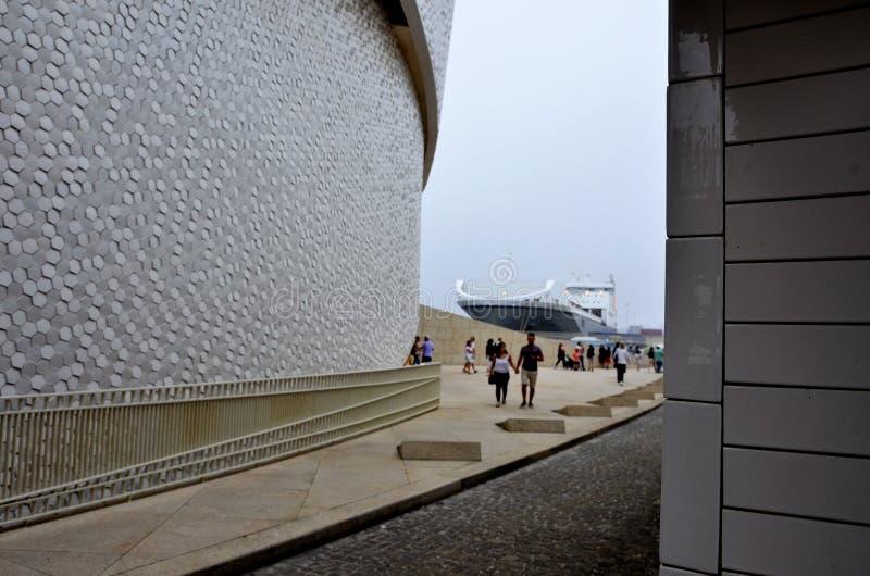 Barco de carga y el terminal de la travesía en el puerto de Matosinhos en Portugal imágenes de archivo libres de regalías