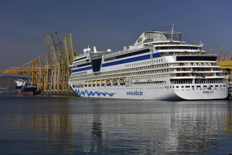 Barco de cruceros AIDA Stella en el puerto de Khor Fakkan, United Arab Emirates imagen de archivo