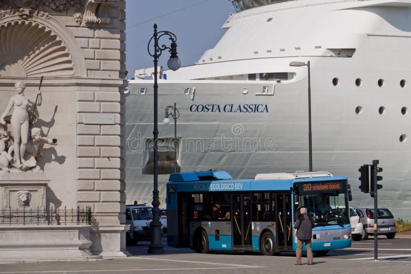 Barco de cruceros amarrado en Trieste, Italia imagen de archivo libre de regalías