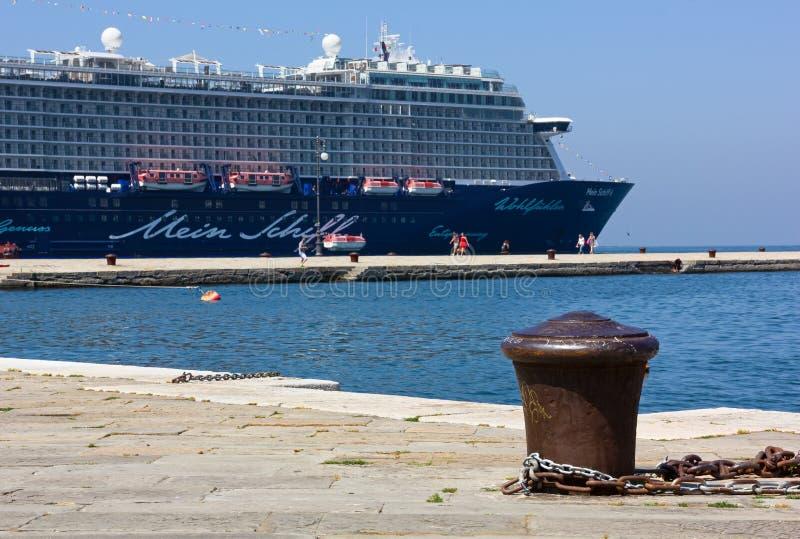 Barco de cruceros amarrado en Trieste imagenes de archivo