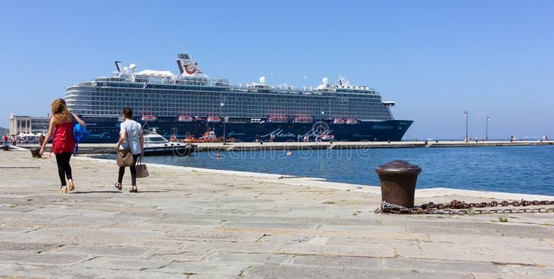Barco de cruceros amarrado en Trieste fotos de archivo libres de regalías