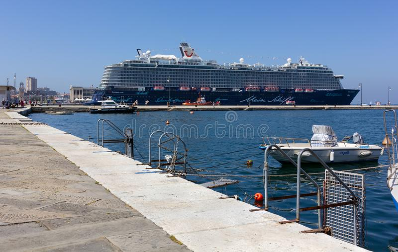 Barco de cruceros amarrado en Trieste fotografía de archivo