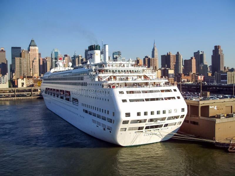 Barco De Cruceros Anclado En El Embarcadero De La Cocina De Los ...