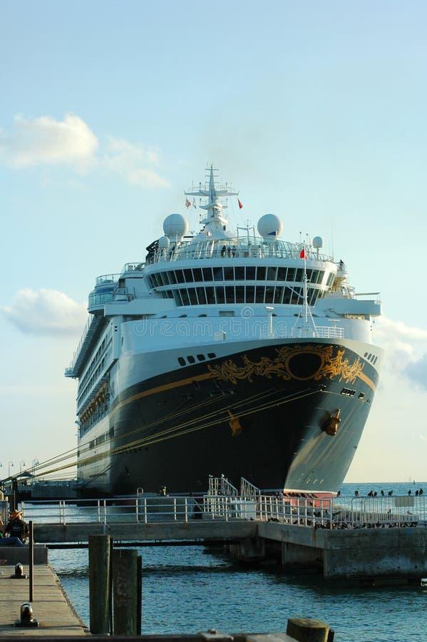 Barco de cruceros asegurado imagen de archivo