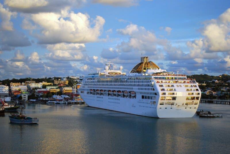 Barco de cruceros atracado en Antigua imágenes de archivo libres de regalías
