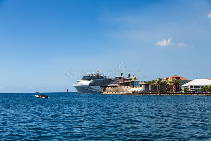 Barco de cruceros atracado en Cura?ao imagen de archivo libre de regalías