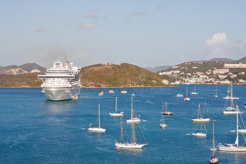 Barco de cruceros blanco en bahía con muchos barcos de vela imagen de archivo