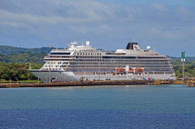 Barco de cruceros con rumbo al oeste que sale la cerradura de Gatun imagen de archivo libre de regalías