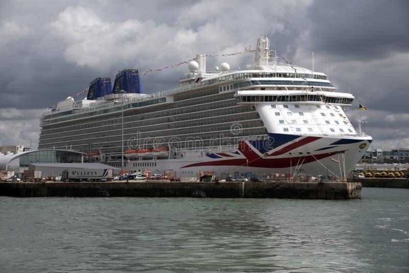Barco de cruceros de Britannia en el puerto de Southampton Reino Unido imagenes de archivo