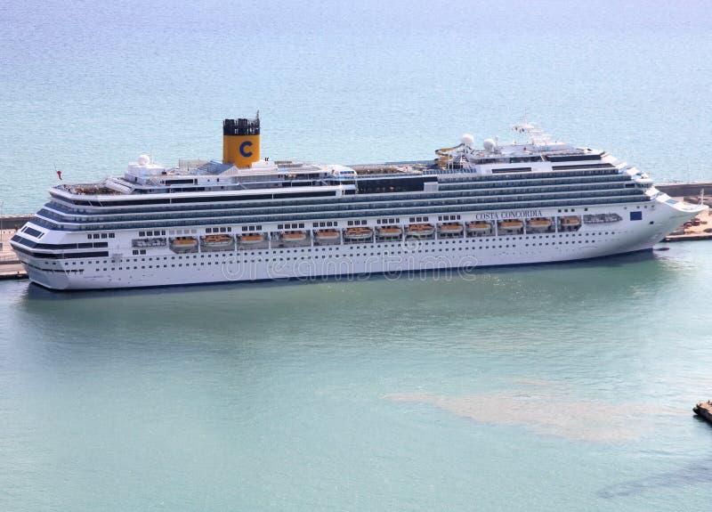 Barco de cruceros de Concordia de la costa foto de archivo