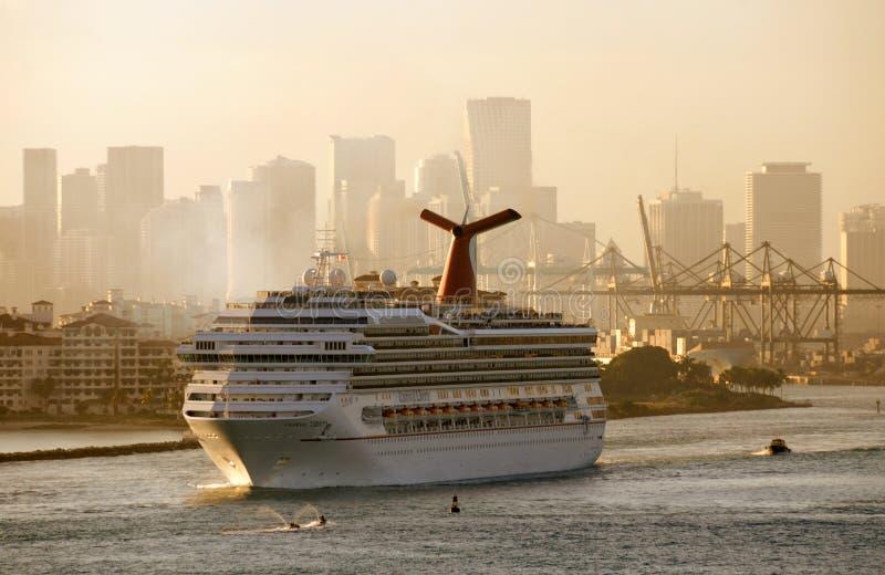 Barco de cruceros de la libertad del carnaval imagenes de archivo