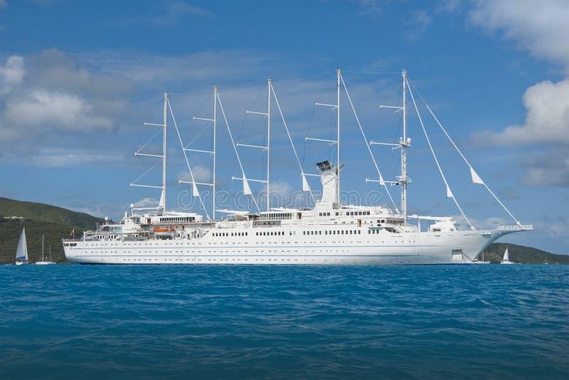 Barco de cruceros de la navegación fotografía de archivo libre de regalías