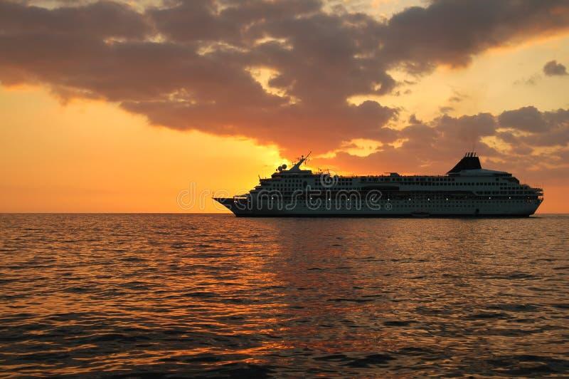 Barco de cruceros de la puesta del sol imagenes de archivo