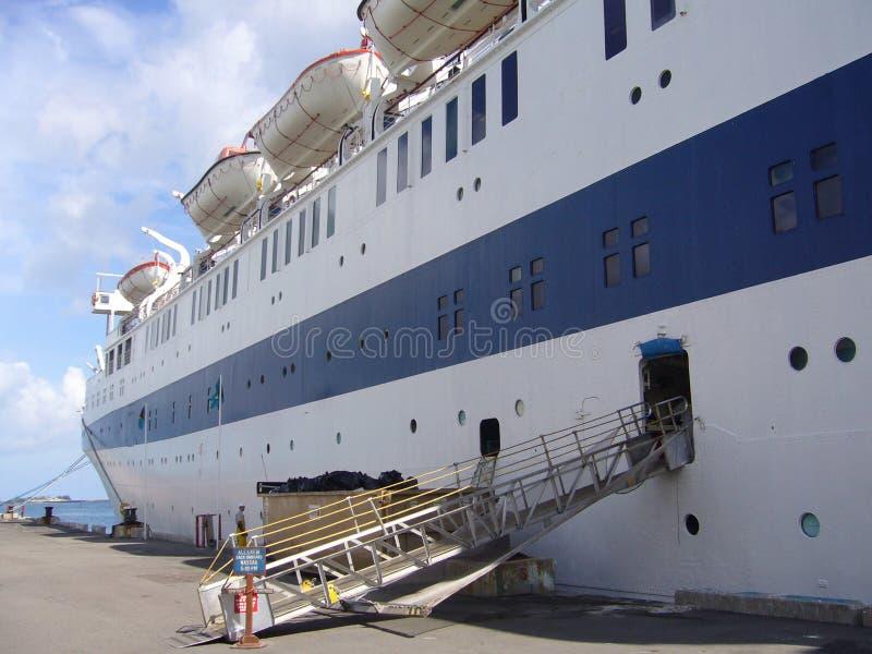 Barco de cruceros de la vendimia en el acceso en Nassau, Bahamas foto de archivo