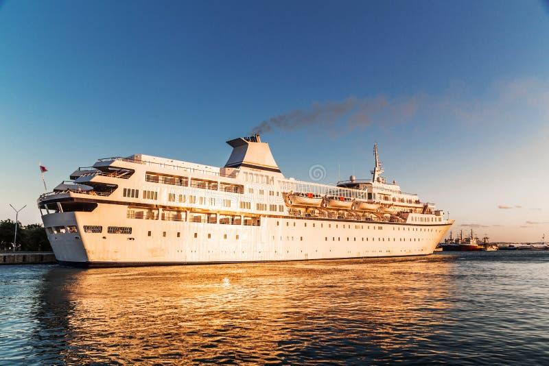 Barco de cruceros de lujo en el puerto imagen de archivo libre de regalías