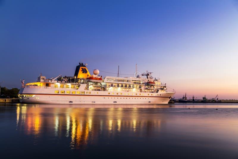 Barco de cruceros de lujo en el puerto en la puesta del sol fotos de archivo libres de regalías
