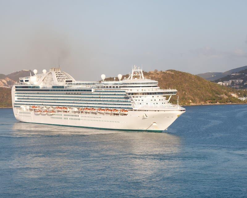 Barco De Cruceros De Lujo Masivo En Bahía Del St. Thomas Imagen de archivo libre de regalías
