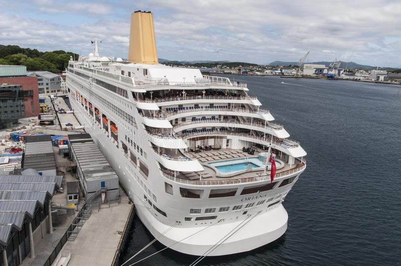 Barco de cruceros de Oriana en muelle