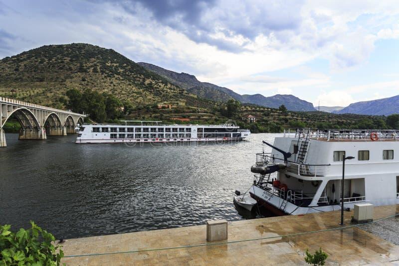 """Barco de cruceros del †de Barca de Alva """"que llega el embarcadero foto de archivo"""