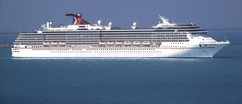 Barco de cruceros del carnaval en el mar fotos de archivo