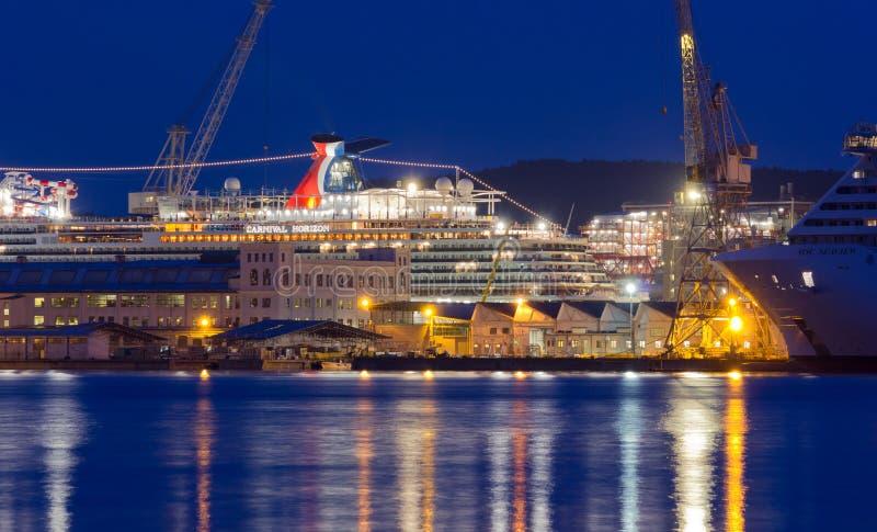 Barco de cruceros del carnaval en los astilleros de Monfalcone imagen de archivo