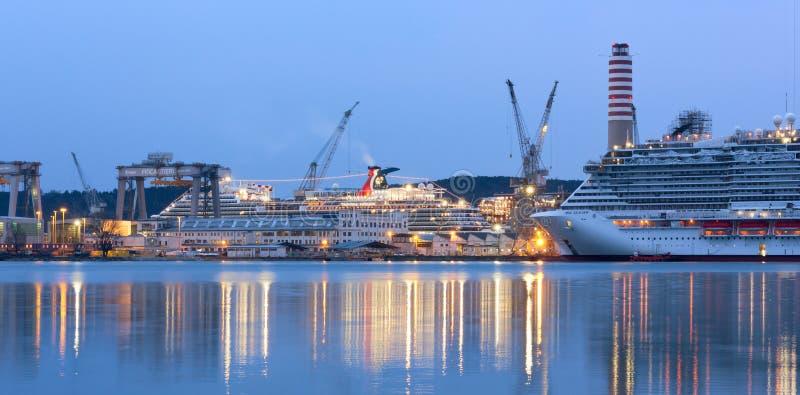 Barco de cruceros del carnaval en los astilleros de Monfalcone imagen de archivo libre de regalías