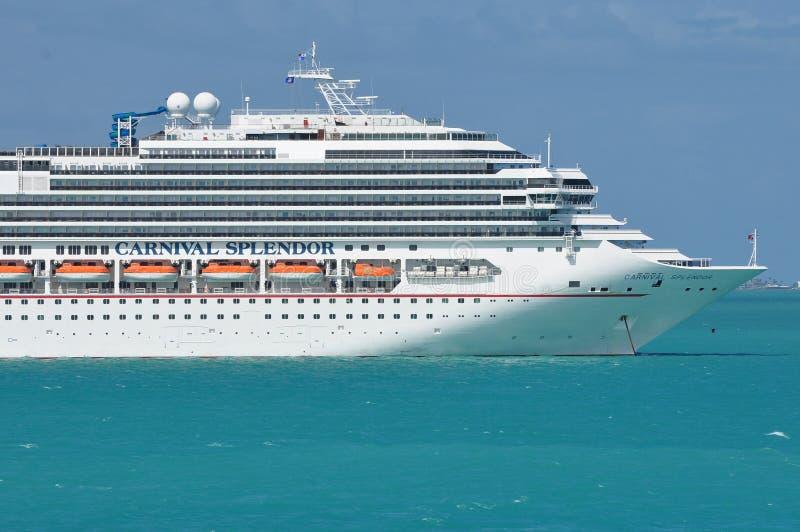 Barco de cruceros del esplendor del carnaval en el mar fotografía de archivo