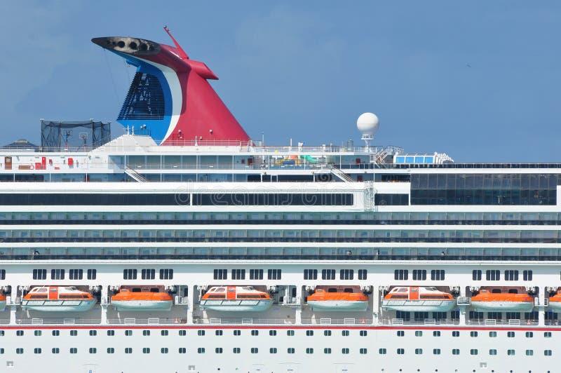 Barco de cruceros del esplendor del carnaval en el mar imágenes de archivo libres de regalías