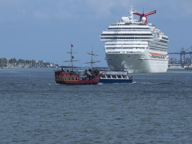 Barco de cruceros del esplendor del carnaval foto de archivo libre de regalías