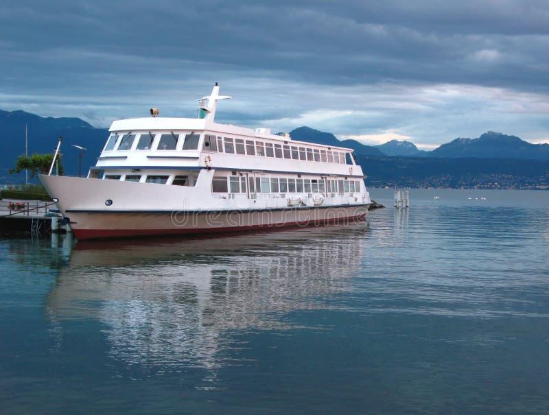 Barco de cruceros del lago fotografía de archivo