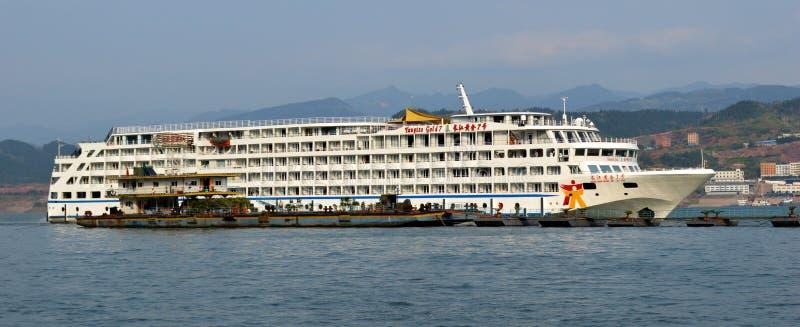 Barco de cruceros del oro de Yangtze imagen de archivo libre de regalías