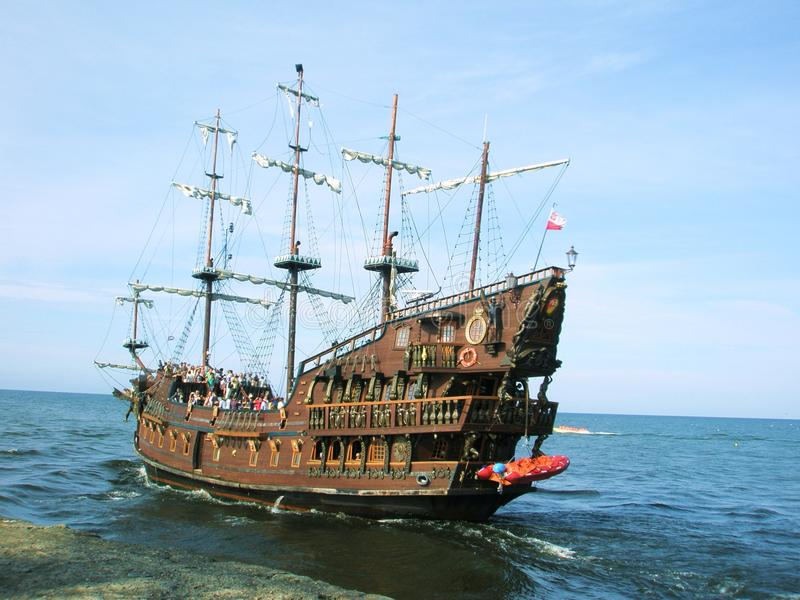 Barco de cruceros del pirata del verano imagen de archivo