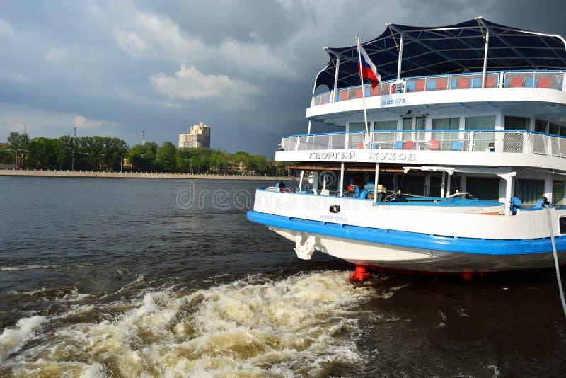 Barco De Cruceros Del Río Foto de archivo editorial