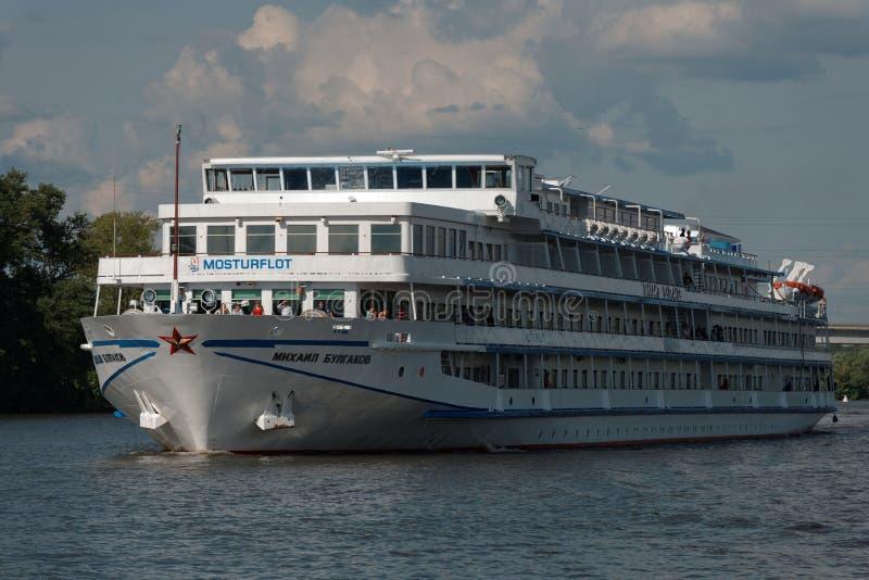 Barco de cruceros del río en el canal de Moscú imágenes de archivo libres de regalías