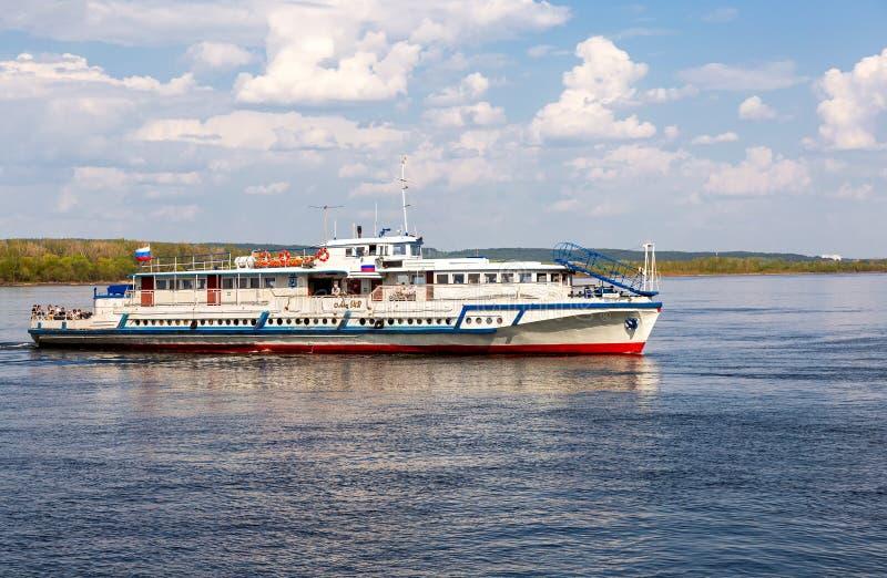 Barco de cruceros del r?o con los pasajeros que navegan en el r?o Volga fotos de archivo