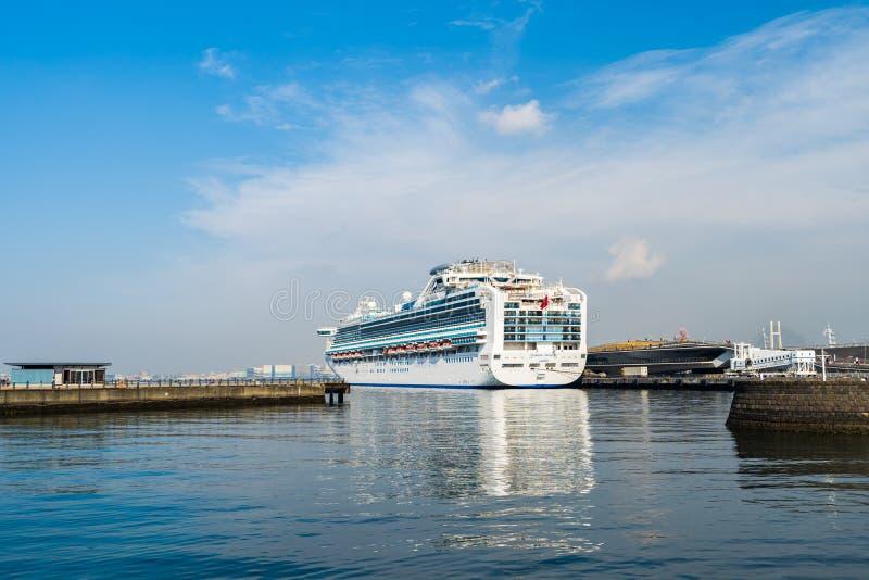 Barco de cruceros Diamond Princess que flota en el embarcadero de Osanbashi en el puerto de bah?a de Yokohama, Jap?n imagenes de archivo
