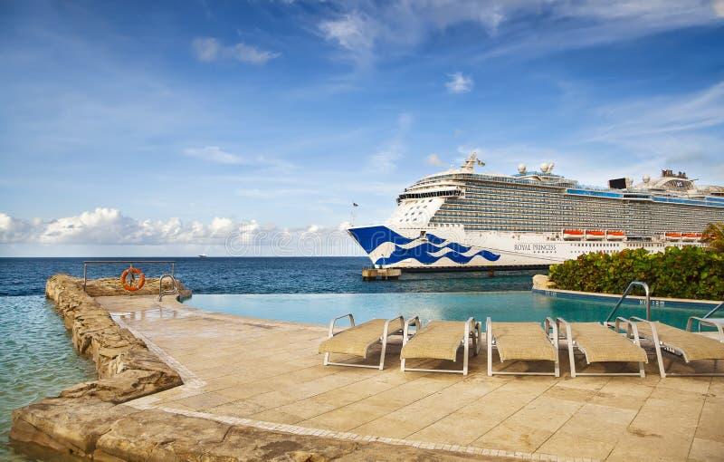 Barco de cruceros en acceso foto de archivo libre de regalías