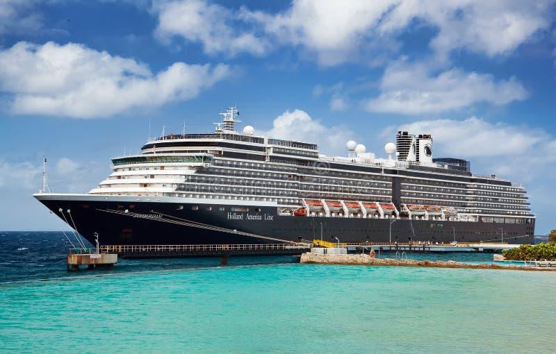 Barco de cruceros en acceso imágenes de archivo libres de regalías