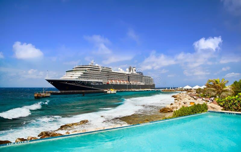 Barco de cruceros en acceso imagen de archivo libre de regalías