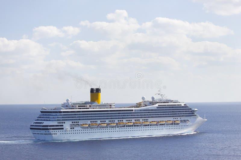 Barco de cruceros en aguas del Caribe azules