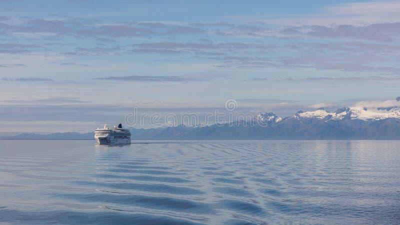 Barco de cruceros en Alaska imagen de archivo libre de regalías