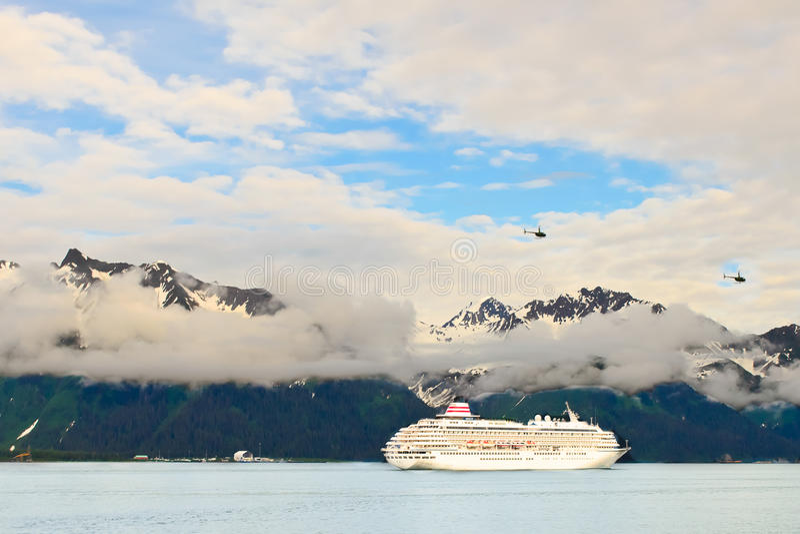 Barco de cruceros en Alaska fotos de archivo