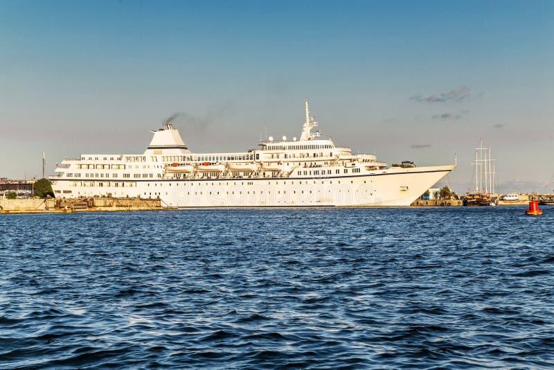Barco de cruceros en el acceso imagenes de archivo
