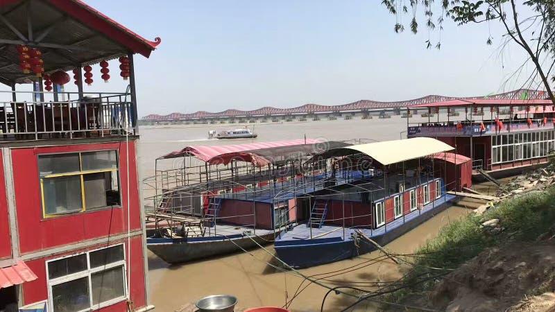 Barco de cruceros en el banco del río Amarillo imagen de archivo libre de regalías