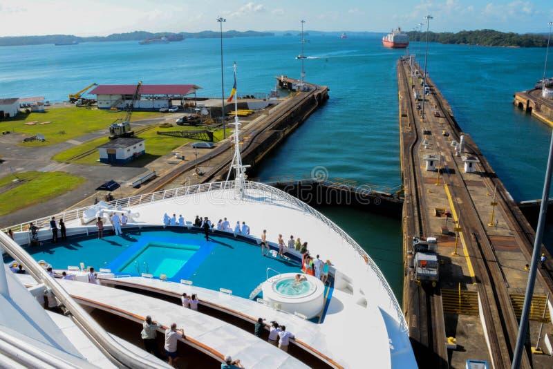 Barco de cruceros en el Canal de Panamá foto de archivo libre de regalías